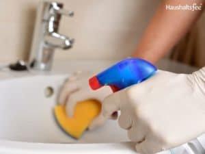Waschbecken wird gereinigt