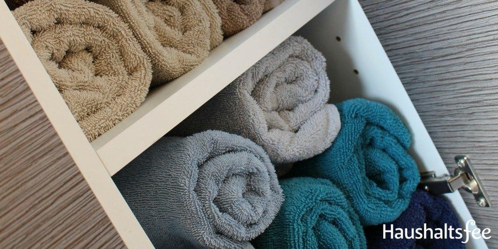 Ordnung im Badezimmer: Rolle die Handtücher zusammen