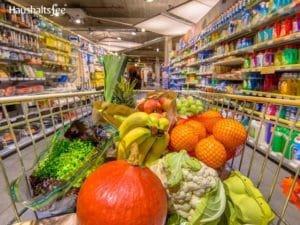 Früchte und Gemüse im Einkaufswagen
