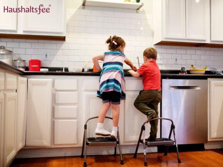 Kinder werkeln in der Küche