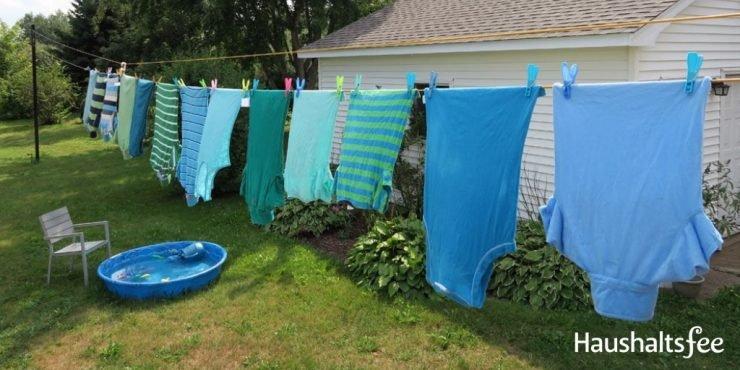 Wäsche trocknet an der Wäscheleine