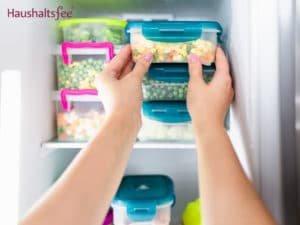 Erbsen in der Frischhaltedose im Gefrierfach