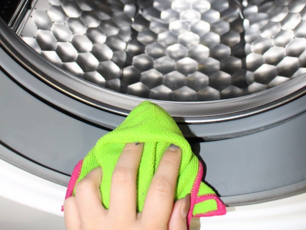 Mikrofasertuch an Dichtungen der Waschmaschine