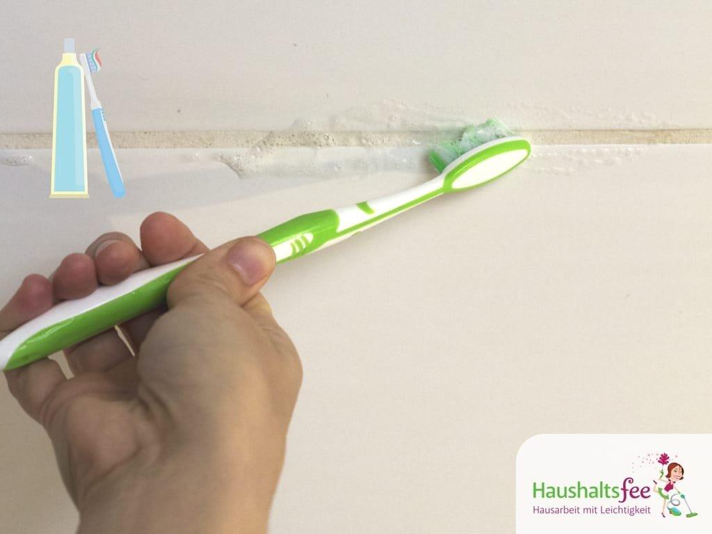 Zahnpasta im Haushalt zum Reinigen von Fugen und Fliesen