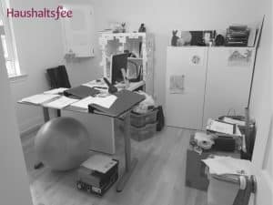 Schwarz/weiß Bild unordentliches Büro