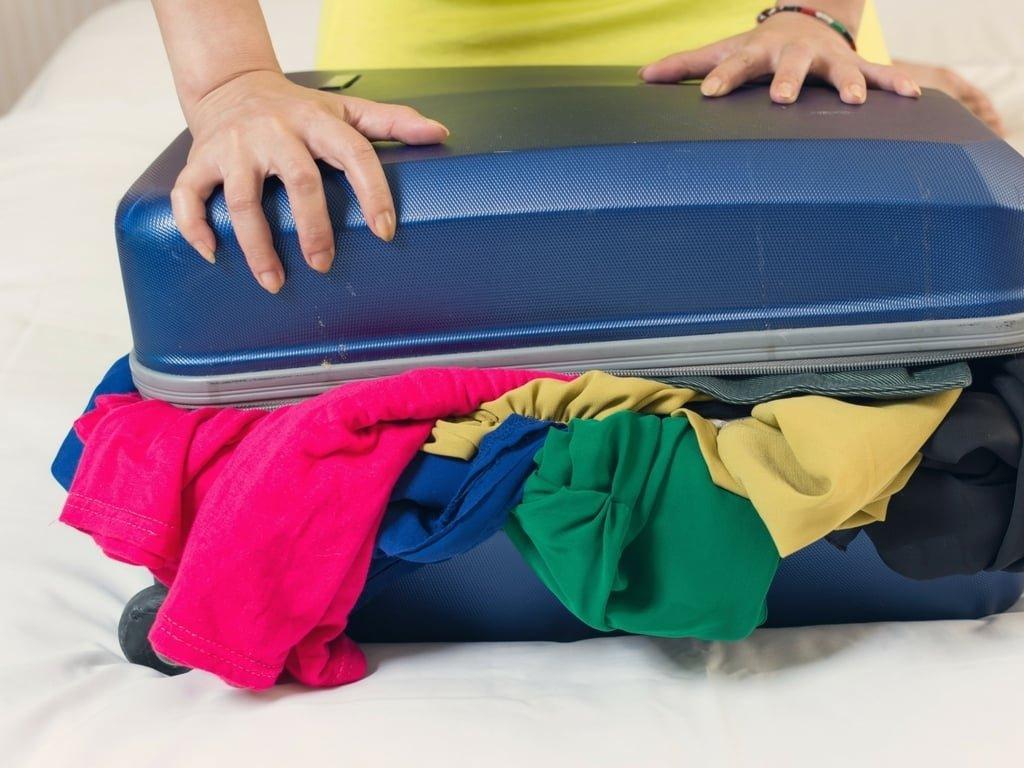 Wäsche schaut aus dem Koffer raus