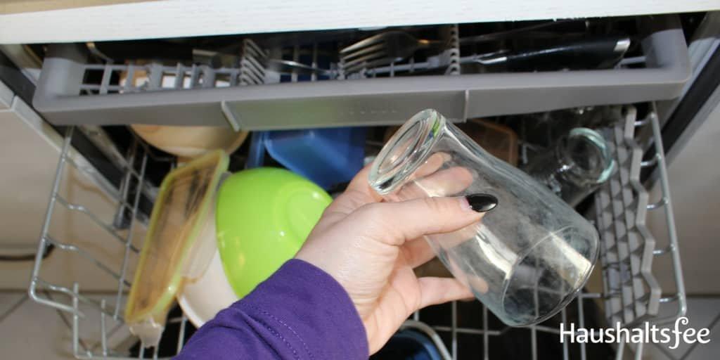 Glas mit milchigem Belag aus Geschirrspüler