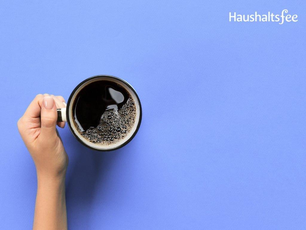 schwarzer Kaffee auf blauem Untergrund
