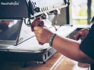 Kaffevollautomat wird gereinigt