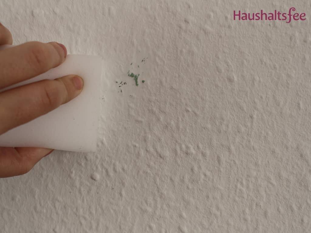 Zauberschwamm entfernt Fleck auf weißer Wand