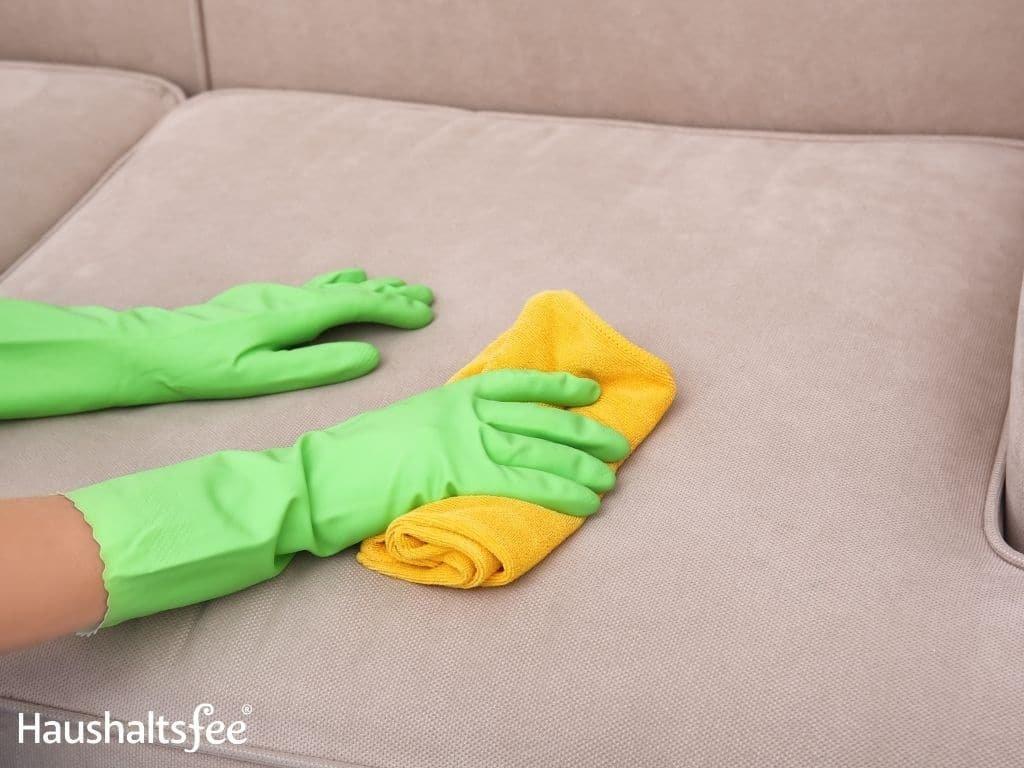 Microfaser Couch reinigen – Es geht so einfach mit Glasreiniger