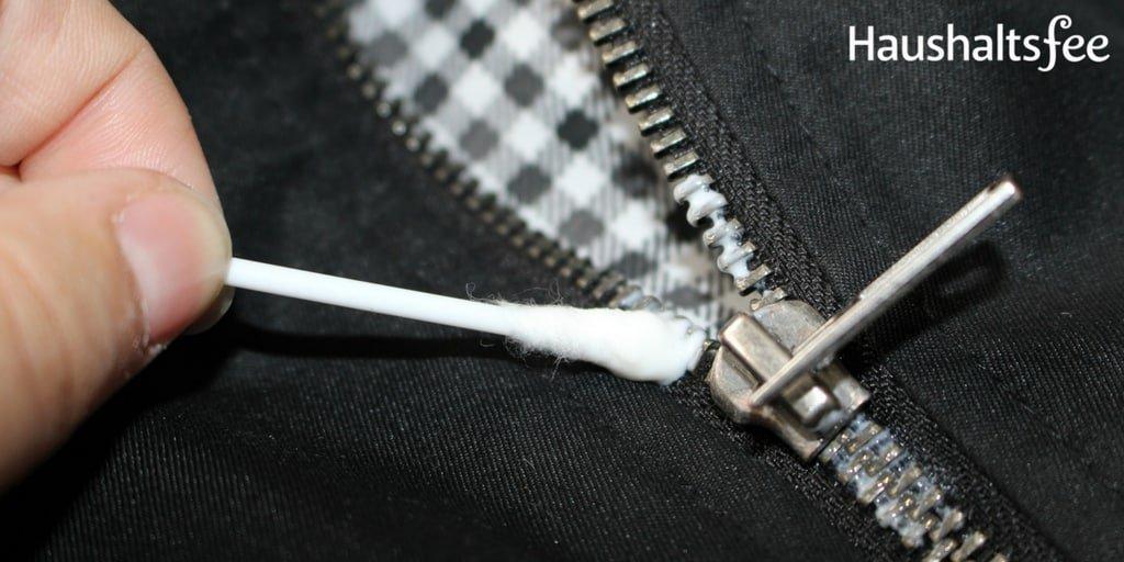 Reißverschluss reparieren mit Wattestäbchen