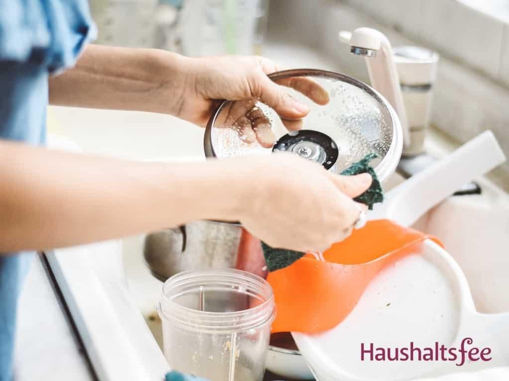 Frau wäscht von Hand ab
