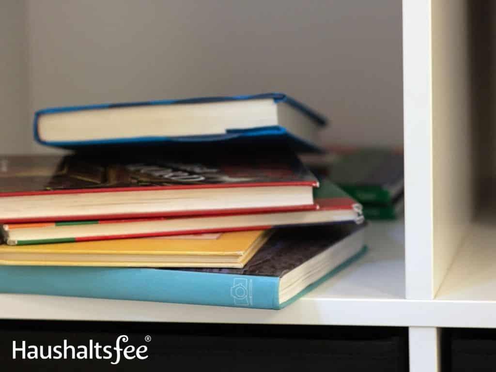 Bücher im Regal gestapelt