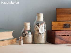 Muscheln und Sand in einer Flasche