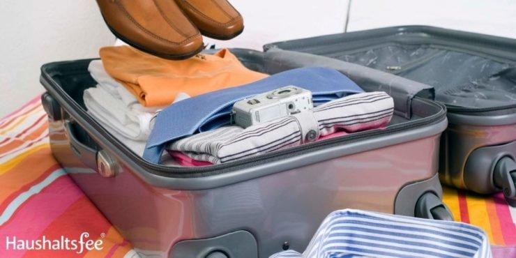 Koffer packen: Wäsche zusammenrollen bringt Platz