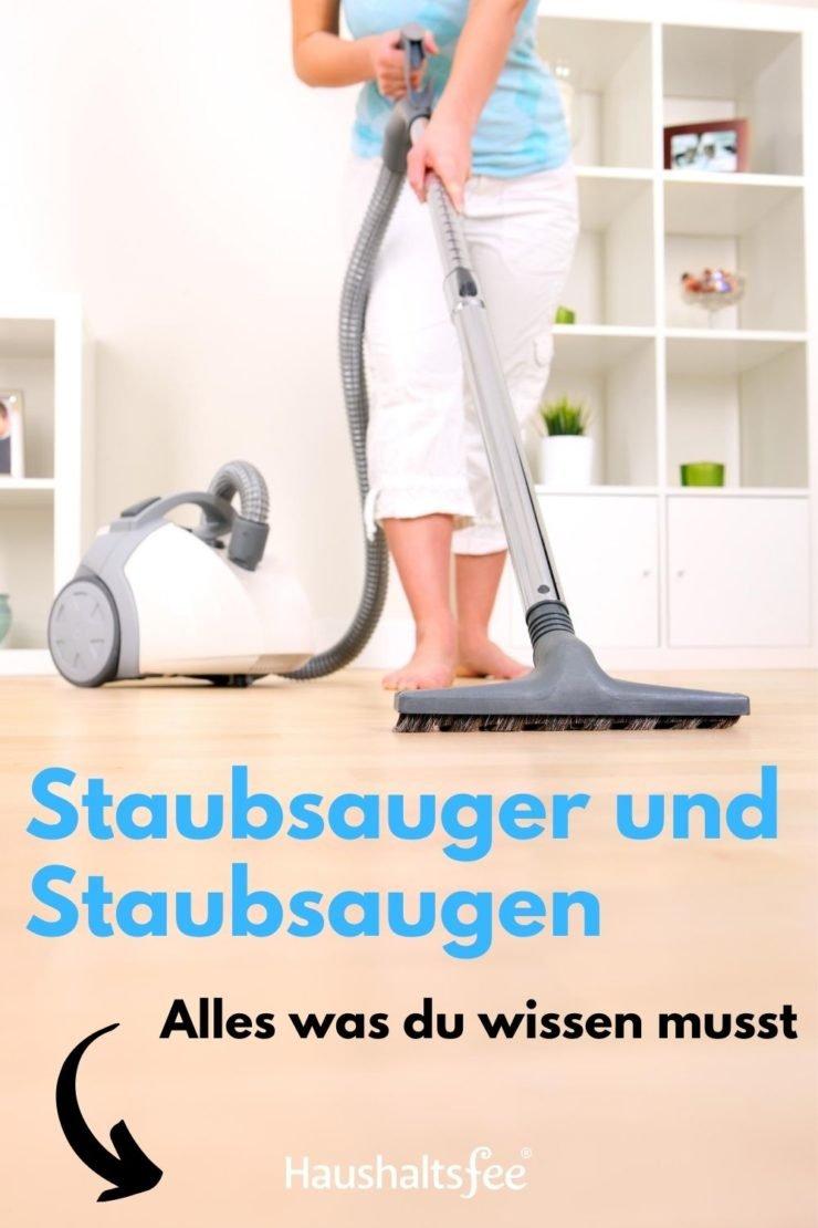 Frau saugt das Wohnzimmer
