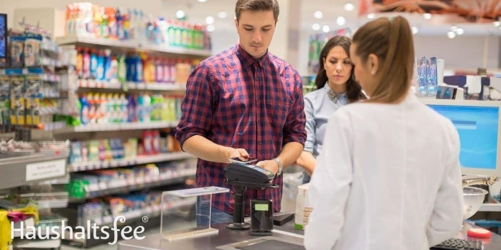 Ist Konsumverzicht im Supermarkt möglich? Zahle bar, um deine Ausgaben im Blick zu behalten.